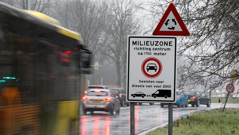 'Het huidige kabinet maakt totaal geen haast met maatregelen tegen luchtvervuiling. Sterker nog: de maximumsnelheid is op allerlei plaatsen verhoogd tot 130 kilometer per uur.' Beeld anp