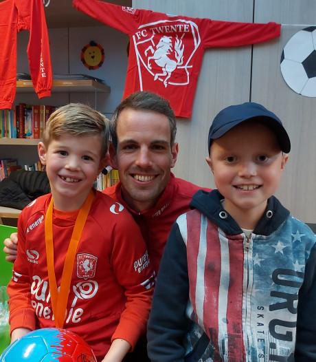 Spelers van FC Twente toveren glimlach op het gezicht van zieke kinderen
