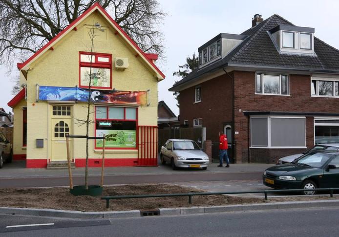 Links coffeeshop Power Flower, rechts de woning van de bezwaarmakende buurvrouw. Ze ondervindt onder meer hinder van personeel (rode jas) dat 12 uur per dag voor het pand staat.