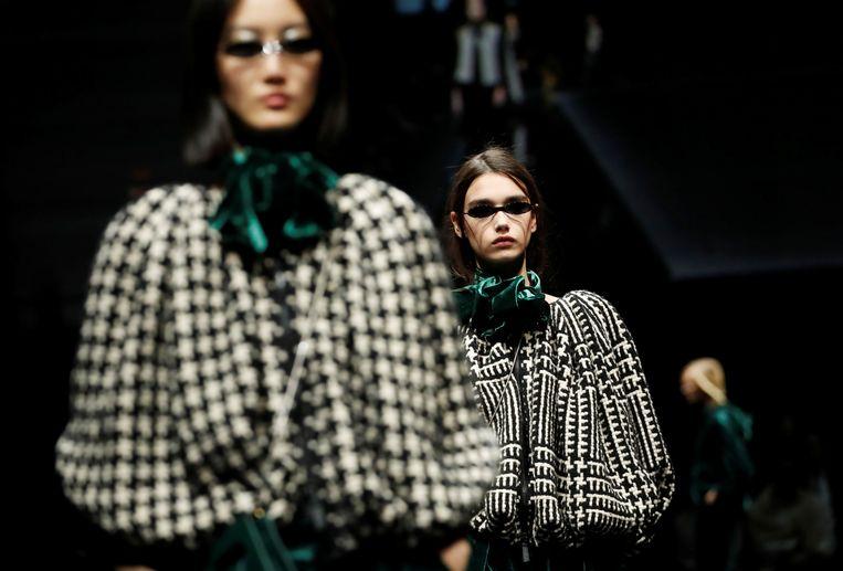 Modellen showen de Emporio Armani Autumn/Winter 2020-collectie tijdens de Milaan Fashion Week.