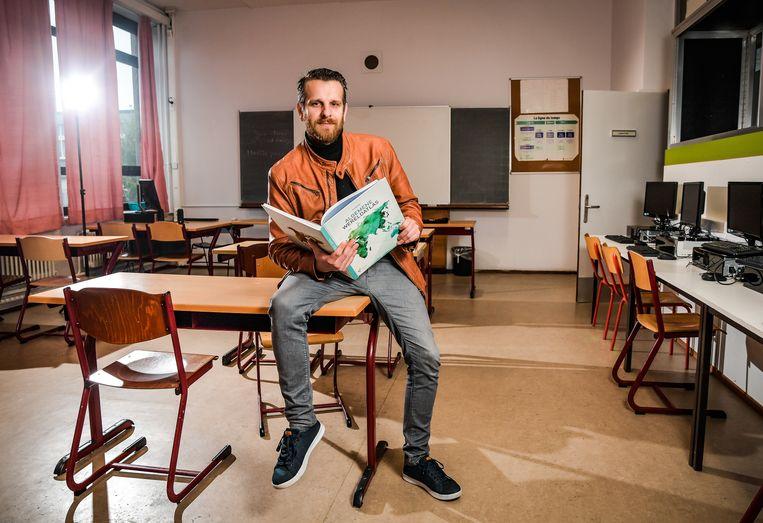Directeur Dennis Verdonck geeft in het Stedelijk Lyceum Lakbors in Deurne nu zelf zes uur per week aardrijkskunde.