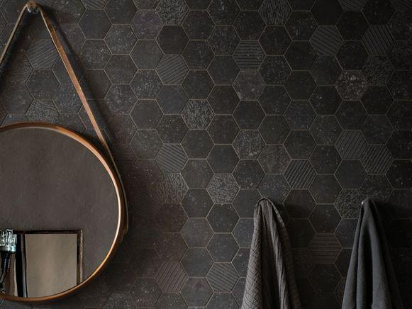 Voor een originele look kan je de tegels van je vloer ook verticaal doortrekken tegen de wand.