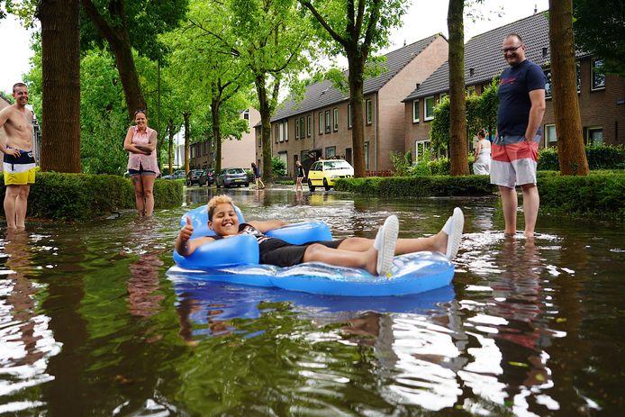 In Rijen is er in korte tijd veel regen gevallen, de straten stonden blank.