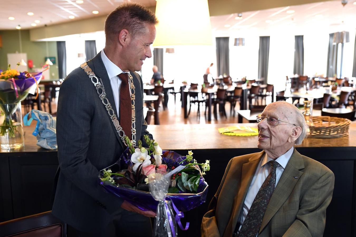 John van den Hoven in actie als loco-burgemeester. In juli feliciteerde hij  de 103-jarige Harrie van Oudheusden met zijn verjaardag.
