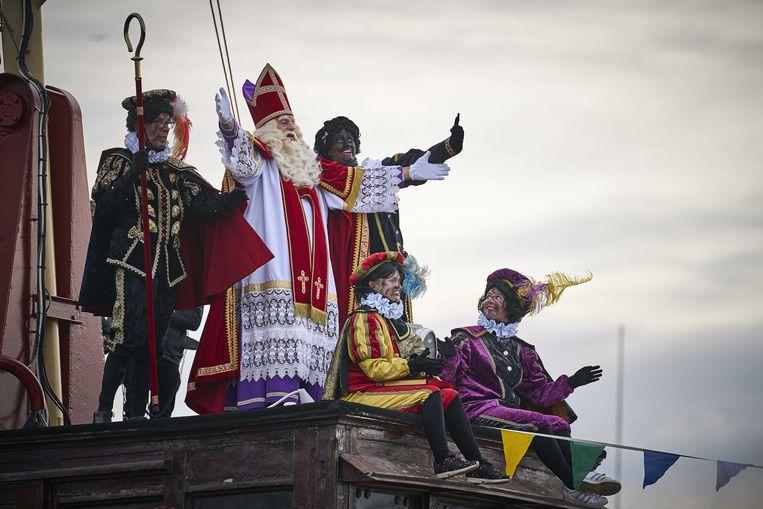 Intocht in Scheveningen, vorig jaar. Voor het eerst sinds de intocht in 1952 voor het eerst te zien was op de nationale televisie, zal Sinterklaas het zonder publiek moeten stellen als hij aan wal komt. Beeld ANP