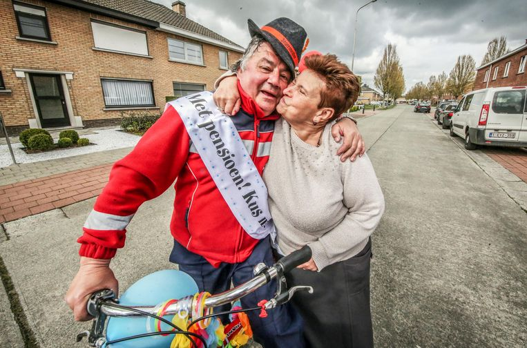 Luc Voet (59) uit Zwevegem heeft vandaag zijn laatste ronde gedaan als postbode. Heel veel van zijn vaste 'klanten' hadden affiches en ballonnen uitgehangen aan hun brievenbus om te tonen hoe erg ze hun favoriete postbode gaan missen.  Luc staat hier naast Marie-Christine.