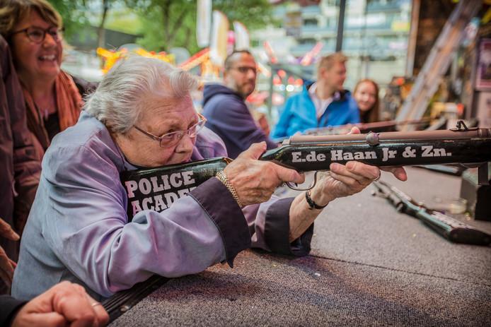 'Luchtbuks' Ria van Dijk schiet op de Tilburgse kermis. 2017