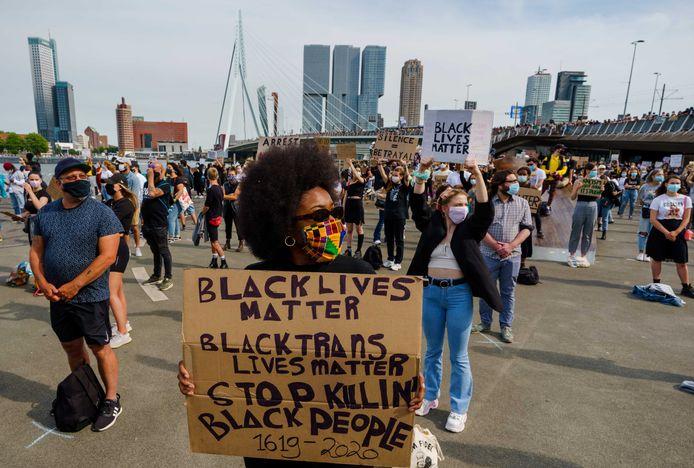Ook bij de demonstratie in Rotterdam moesten demonstranten op kruisjes staan. Vanwege de drukte werd het protest echter alsnog vroegtijdig afgebroken.