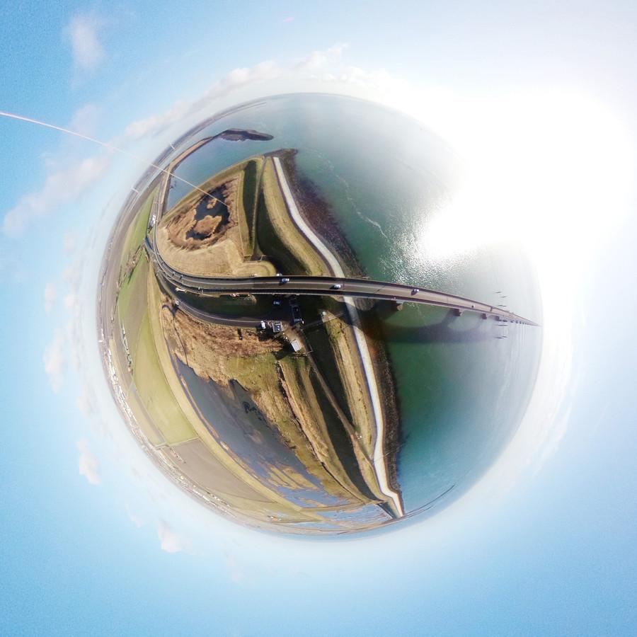 Vliegerfoto van Gerco de Ruijter, Rotterdamse kunstenaar die de foto's maakte voor expositie in de Bewaerschole voor het project Balanceren tussen Zoet en Zout. Zeelandbrug