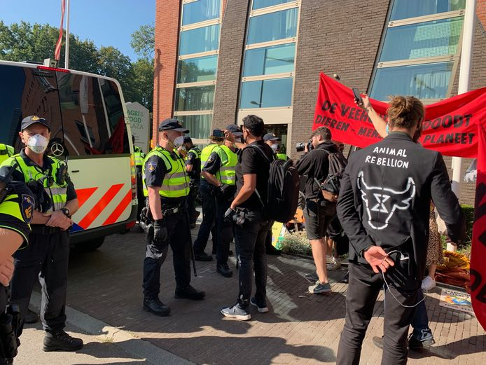 Actievoerders van Animal Rebellion en agenten bij het ZLTO-kantoor in Den Bosch