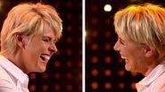 Dana Winner kan haar lach amper inhouden wanneer ze haar imitatie ziet