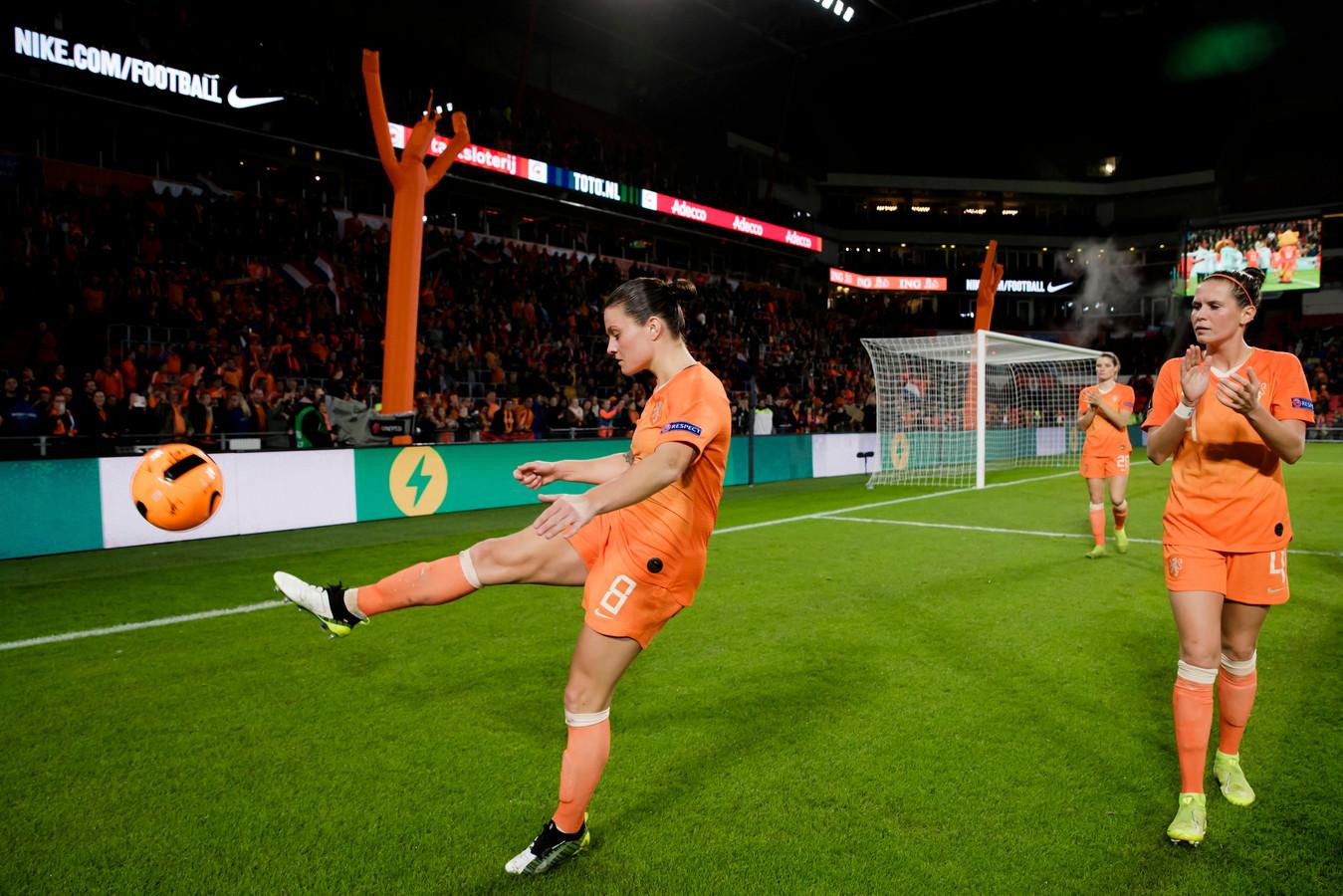 Sherida Spitse trapt een bal het publiek in tijdens de laatste kwalificatiewedstrijd van de Leeuwinnen in Eindhoven, toen Rusland met 2-0 verslagen werd.