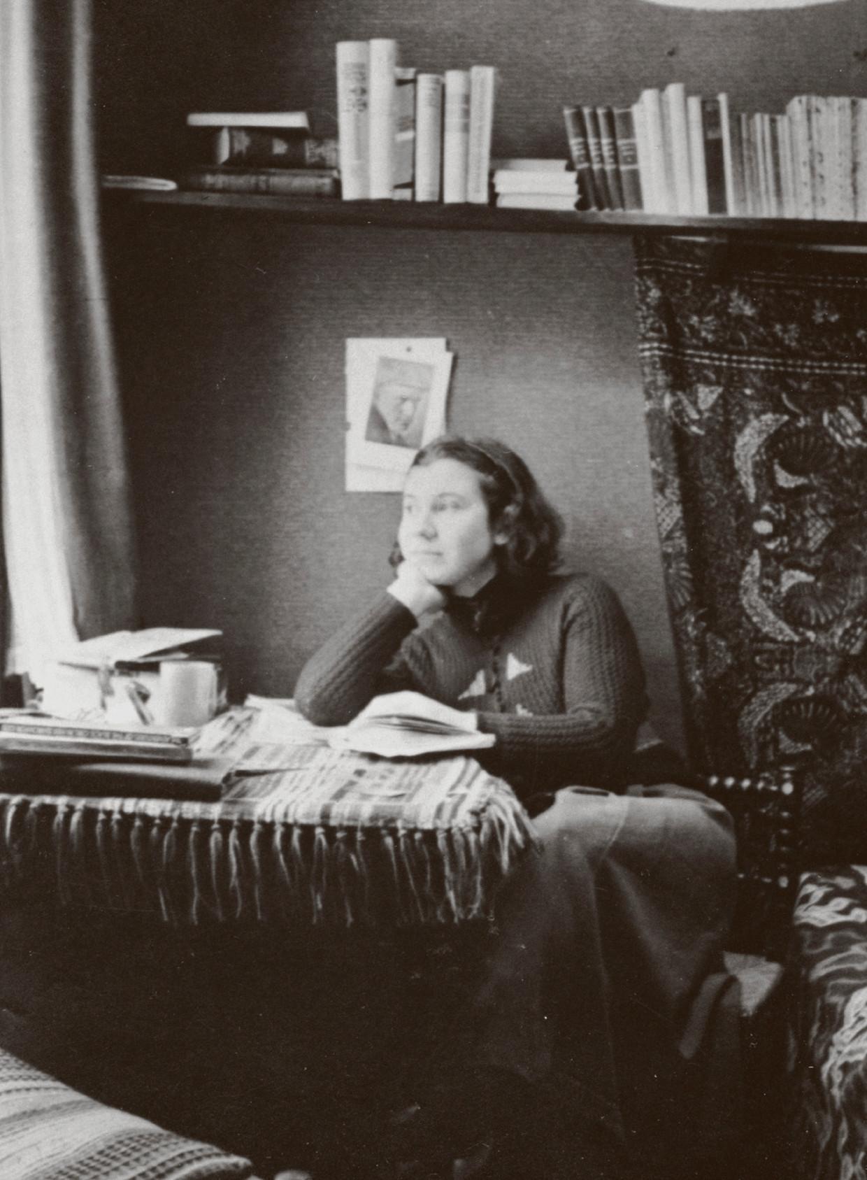 Etty Hillesum in haar kamer in het huis in de Gabriël Metsustraat.