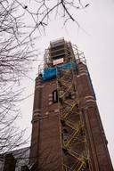 De toren van de Antonius Abtkerk in het centrum van Chaam in de steigers.