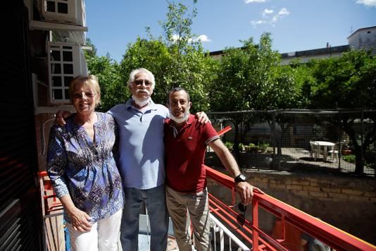 Marvin en Colleen Hewson poseren met hun airbnb-gastheer Fabio Sposato (rechts).