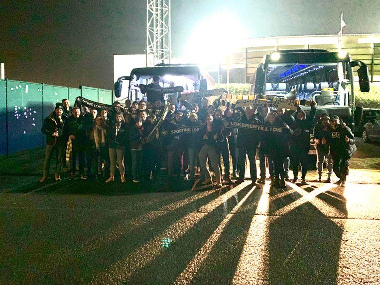 Sportingzonen en de Voskes verbroederen bij hun aankomst aan het stadion van Roeselare.