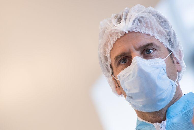 Franse president Emmanuel Macron draagt een mondkapje tijdens een bezoek aan de fabriek van Kolmi-Holpen, waar de maskers worden geproduceerd. Beeld EPA