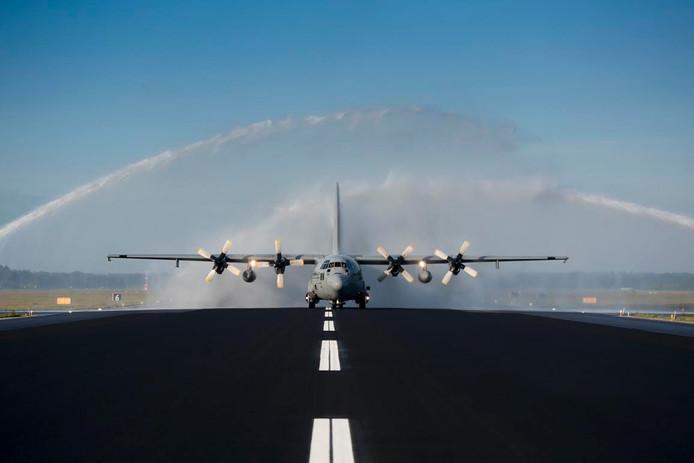 De Hercules landt als eerste op de nieuwe landingsbaan van Vliegbasis Eindhoven