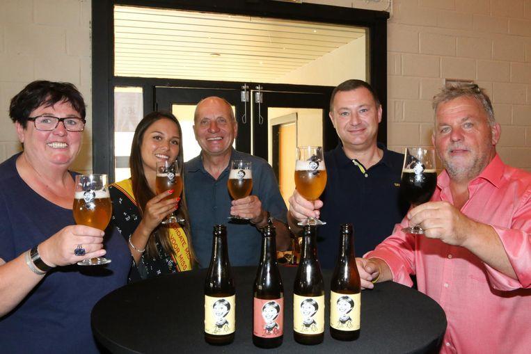 Jef De Smedt (midden) presenteert zijn bruine en blonde Zatte Rita.
