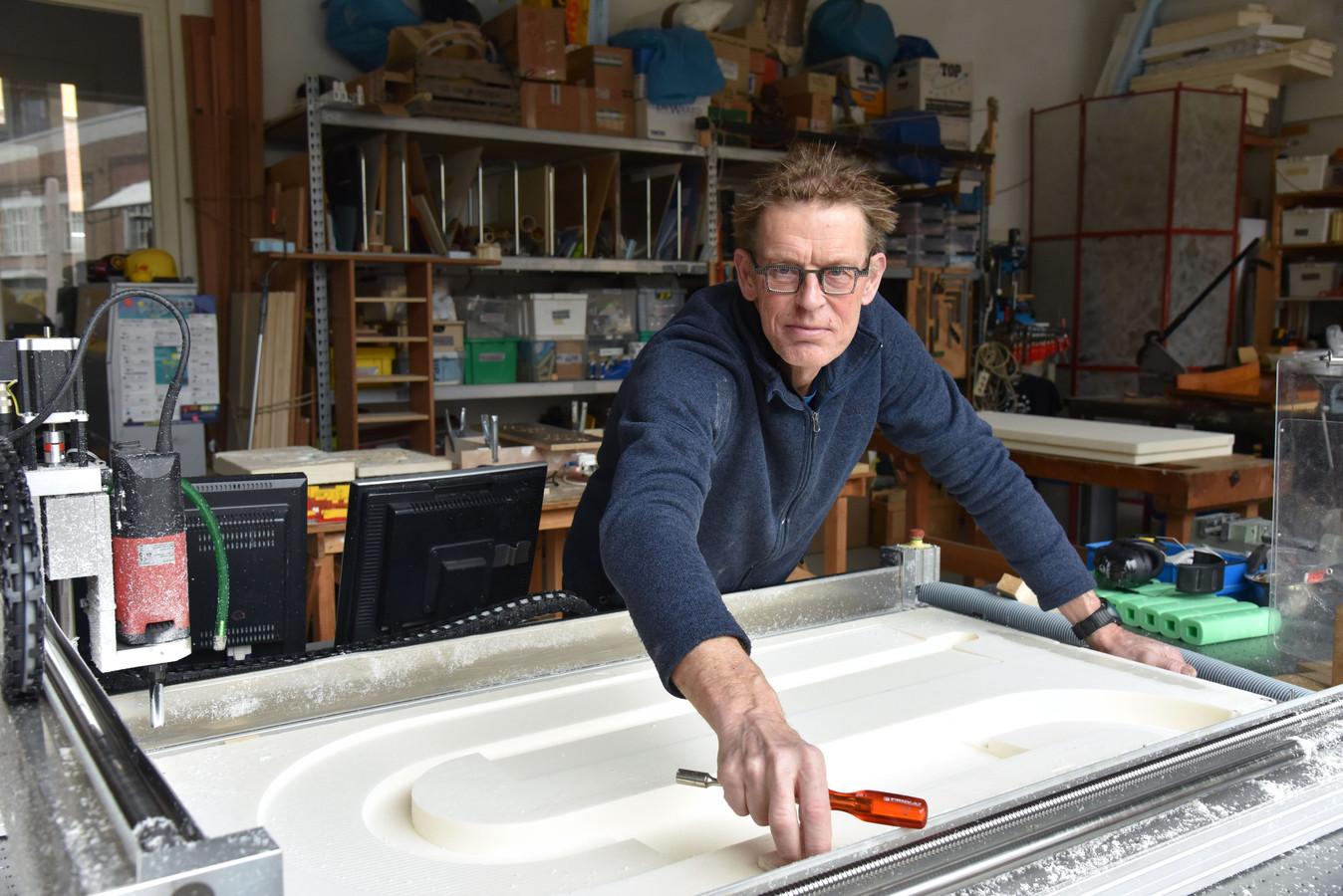 Wout Zweers uit Enschede maakt watermodellen in zijn atelier.