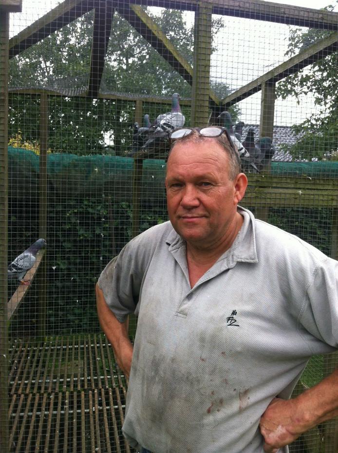 Ad Dekkers bij zijn vernielde duivenhok. 'Ik heb net 360 dakpannen gekocht maar dat is nog veel te weinig'.
