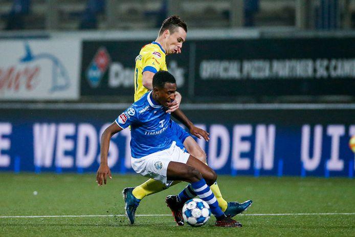 Kevin Felida in duel met Mitchel Paulissen van SC Cambuur.