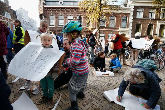 Deelnemers van de protestactie schrijven hun boodschap op.