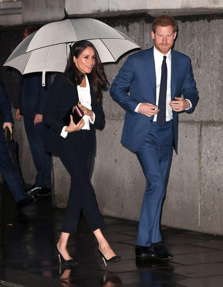 De outfit van Meghan stuit op wat kritiek in de Britse pers.