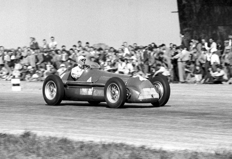 De Italiaan Guiseppe Farina (Alfa Romeo) wint de allereerste grote prijs F1 in Silverstone, 1950. Beeld Alamy Stock Photo