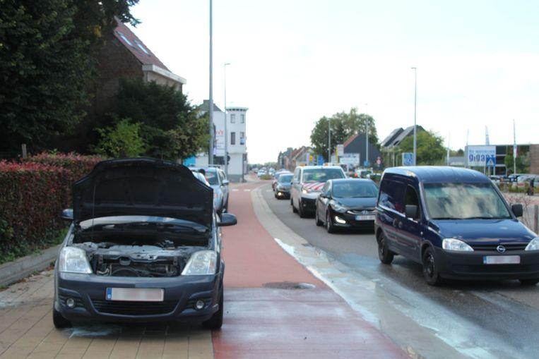 De Opel Meriva vatte onderaan vuur.