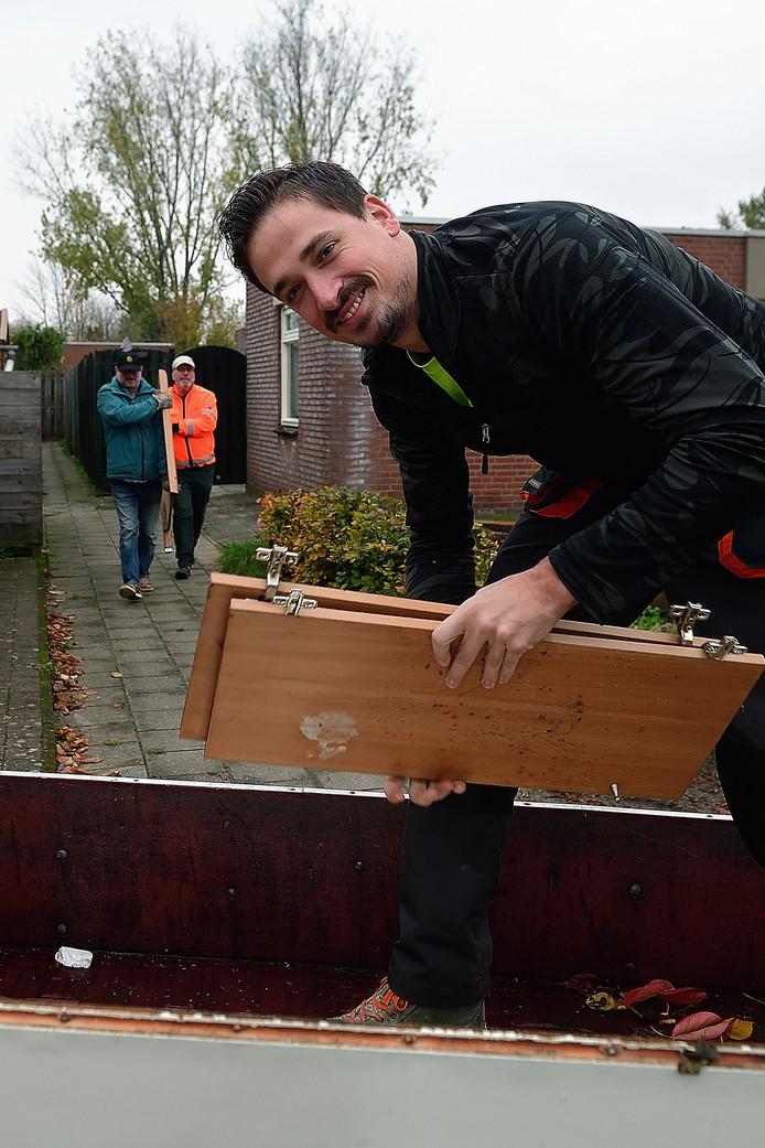 ,,Ik wil benaderbaar zijn'', zegt Gijs Bullens. Op de achtergrond lopen twee vrijwilligers.