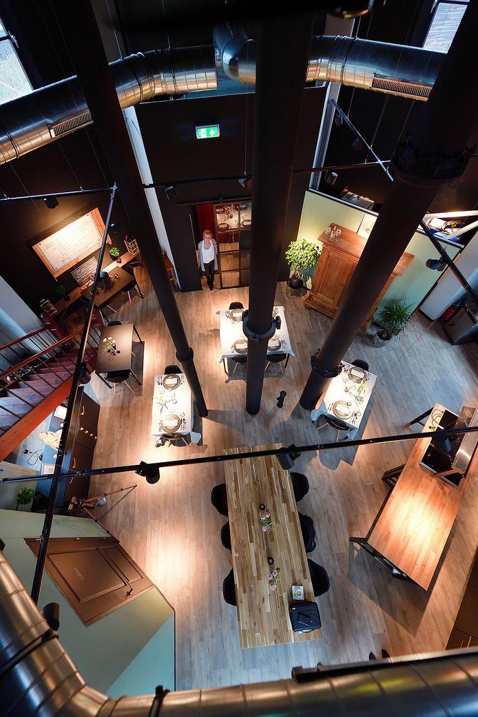 .saskia provily(in deuropening) van restaurant culinicious in watertoren in Roosendaal. Foto pix4profs/petervantrijen