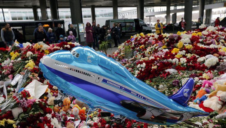 Bloemen en kaarsen op het vliegveld van Sint Petersburg Beeld epa