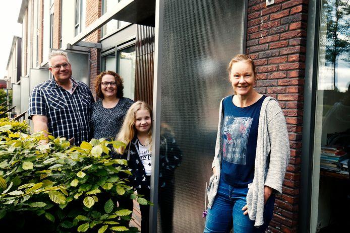 Vlnr: Gerben en zijn vrouw Ellen, dochter Fenna en buurvrouw Patricia.