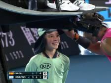 Nadal raakt ballenmeisje vol in haar gezicht op Australian Open