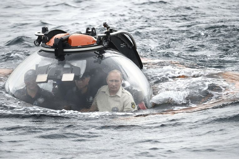 In augustus daalde Poetin in een mini-onderzeeër af naar de bodem van de Zwarte Zee bij de Krim om een onlangs ontdekt Byzantijns scheepswrak met eigen ogen te bekijken. Beeld reuters