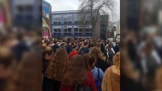 Leerlingen protesteren op schoolplein tegen nepscholieren van RTL-programma: 'We zijn bedonderd'