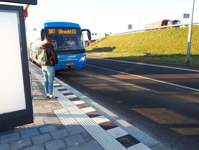 De bus stopt bij de halte langs de A27 bij Meerkerk.