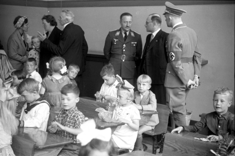 De opening van de Deutsche Schule in Hilversum op 2 december 1941, met als tweede van rechts burgemeester Von Bönninghausen.