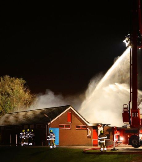 Kleedkamers van voetbalvereniging afgebrand, ook vrachtwagen vat vlam