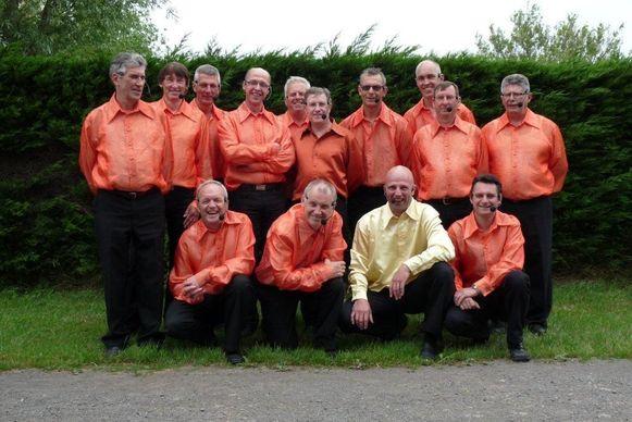Johan Catteeuw (met geel hemd) schrijft al vijftien jaar de teksten van het Westvlams Gemiengeld Vintekoor. Ook de dertien andere zangers zijn al jarenlang dezelfde.
