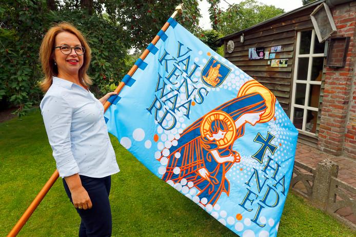 Henny Claes met de nieuwe processievlag.