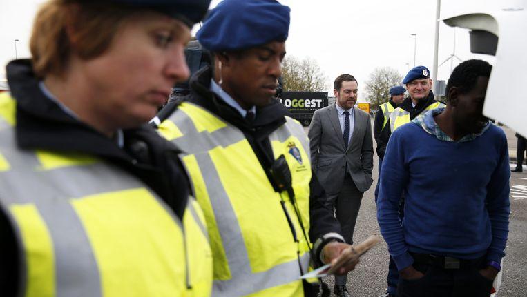Staatssecretaris Klaas Dijkhoff (Veiligheid en Justitie) brengt een bezoek aan het Mobiel Toezicht Vreemdelingen (MTV) van de Koninklijke Marechaussee in Hazeldonk. Beeld anp
