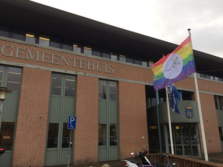Bij het gemeentehuis van Haaren wappert de regenboogvlag.