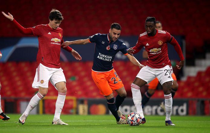Deniz Turuc (midden) in duel met Aaron Wan-Bissaka (rechts) van Manchester United.