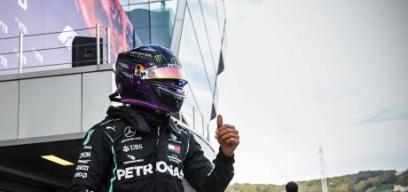 Hamilton ontloopt straf en behoudt poleposition