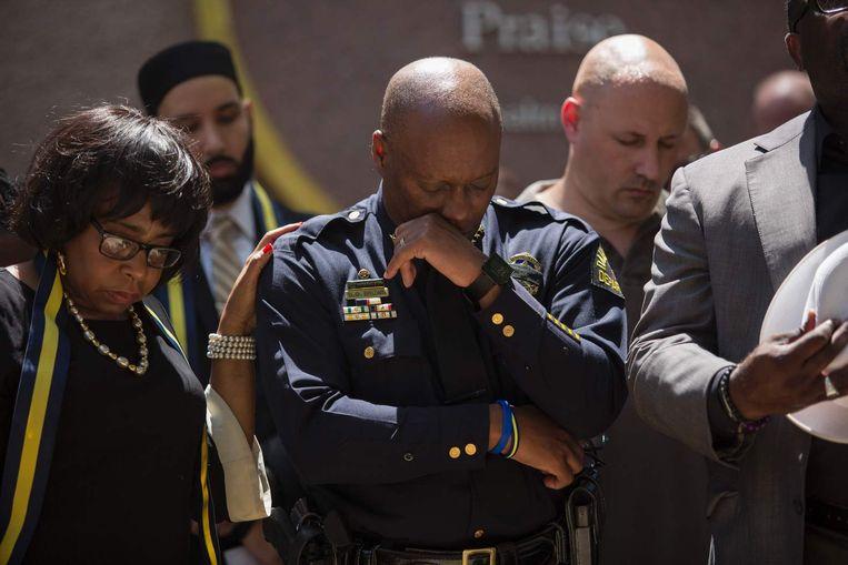 Rouwende politiemannen in Dallas. Beeld anp