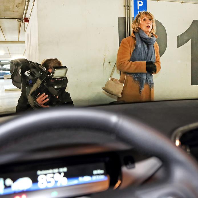 Wethouder Yvonne Kammeijer heropent de parkeergarage en plugt de elektrische auto in op het stroomnetwerk.