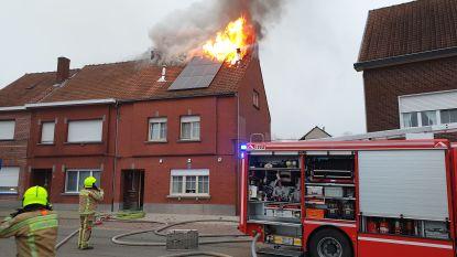 Rijwoning onbewoonbaar na hevige dakbrand