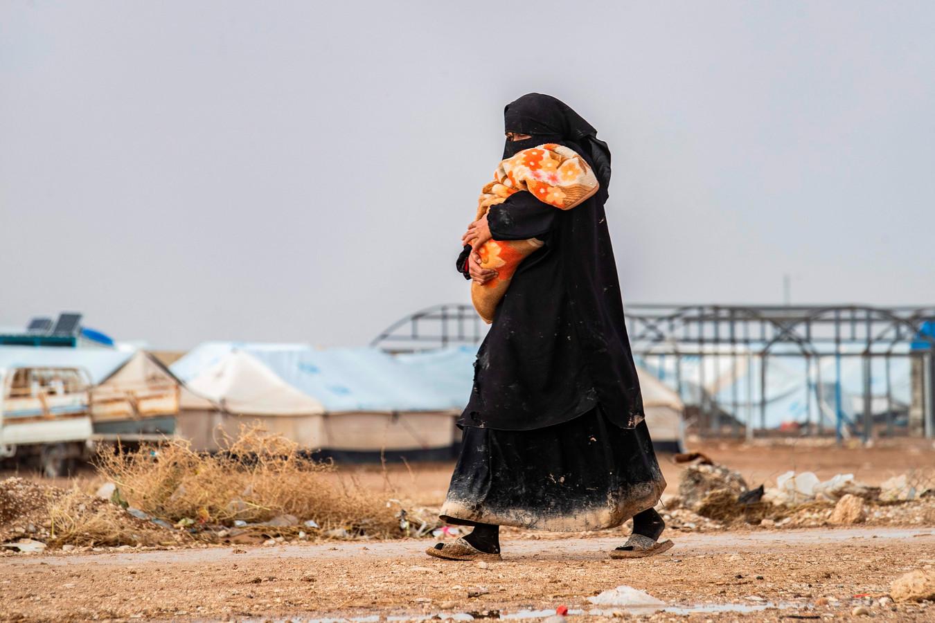 Een vrouw met kind in het al-Hol-kamp in Syrië.